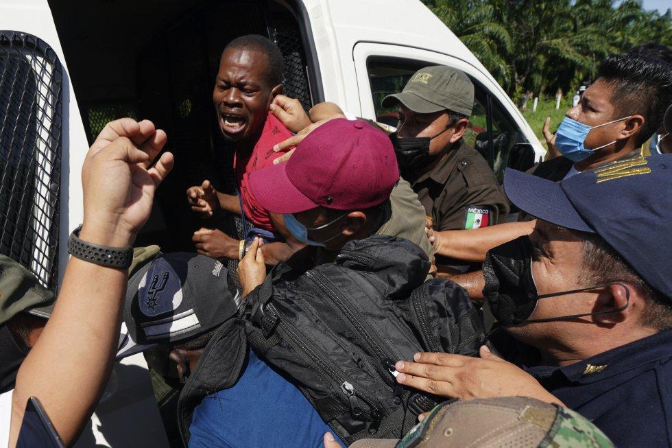 """Un migrante haitiano es detenido en Escuintla, Chiapas. La comisionada adjunta para la protección de la Agencia de la ONU para los refugiados (ACNUR), Gillian Triggs, denunció la """"presión sin precedentes"""" a las que se han enfrentado los migrantes centroamericanos en México."""