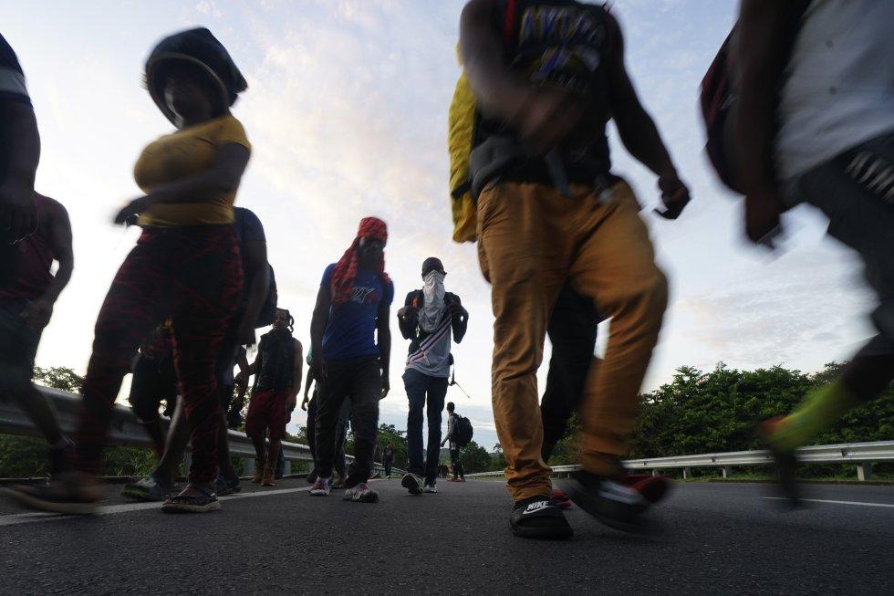 Migrantes haitianos caminan por la carretera en Huixtla, Estado de Chiapas. México ha pasado de ser país de tránsito a un país de destino para miles de personas solicitantes de asilo, este año se enfrenta a una cifra récord de nuevas solicitudes, que podría superar las 100.000, según un informe de la ACNUR.