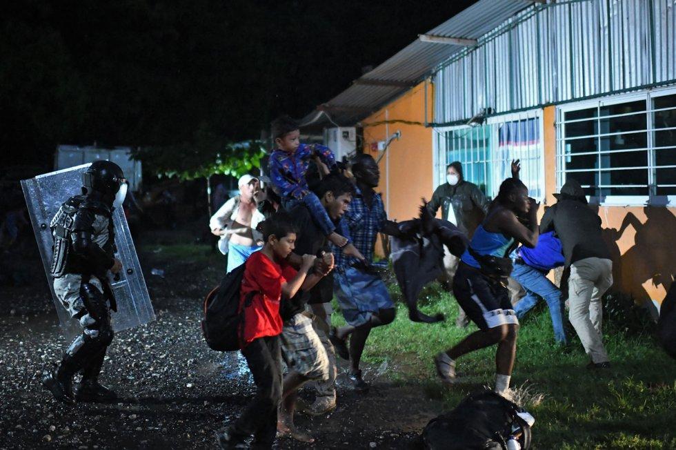 """La madrugada del 1 de septiembre agentes de migración realizaron detenciones a personas que descansaban en Mapastepec, Chiapas. """"Sí, vamos a seguir conteniendo"""" señaló el presidente de México, Andrés Manuel López Obrador."""