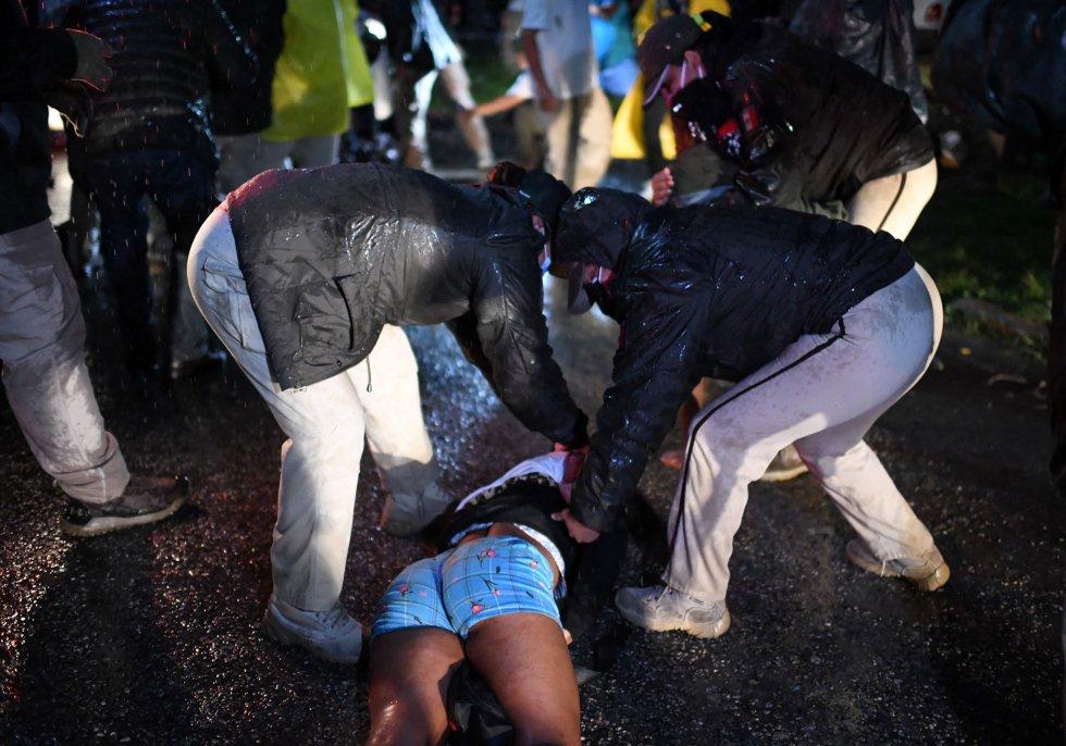 Agentes del INM detienen a una mujer migrante en Mapastepec, Chiapas, la madrugada del 1 de septiembre. La ONU ha condenado las acciones de los agentes migratorios mexicanos.