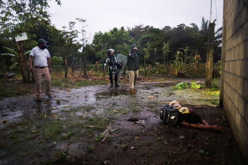 Durante uno de los operativos del 1 de septiembre, una mujer migrante cayó desmayada frente a los agentes migratorios mexicanos y elementos de la Guardia Nacional.