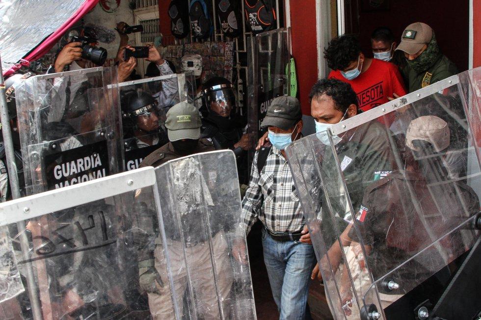 Elementos de la Guardia Nacional detienen a migrantes alojados en un hotel en Huixtla, Chiapas, el 2 de septiembre.