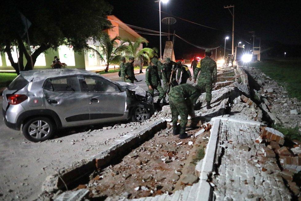 Soldados junto a un muro caído tras el terremoto en Acapulco, en el Estado de Guerrero. El temblor se produjo a las 20.47 hora local, de acuerdo con un informe preliminar del Servicio Sismológico Nacional.