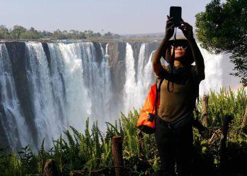 Charlando con Livingstone en las cataratas Victoria