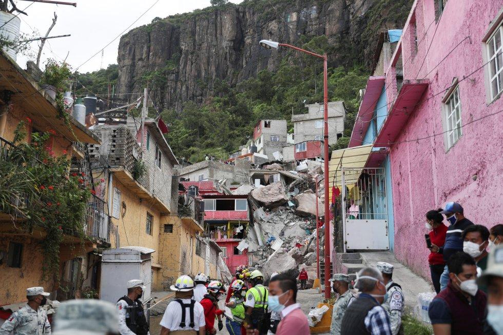 El alud ha sepultado tres viviendas en la calle Club Exploradores de Chimalhuacán, en la Colonia Lázaro Cárdenas segunda sección, sobre la una y media de la tarde de este viernes.