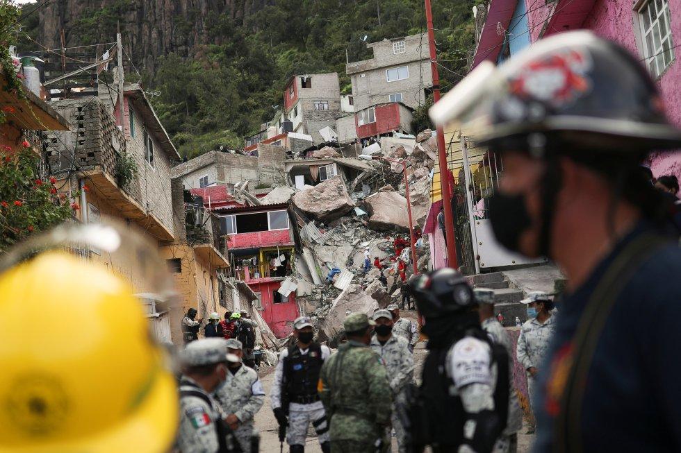 Sobre el terreno trabajan elementos de la Guardia Nacional, Protección Civil, bomberos, la Brigada de Rescate Topos Tlaltelolco (Topos) y vecinos voluntarios, que colaboran para quitar los escombros y evitar que se hagan aglomeraciones.