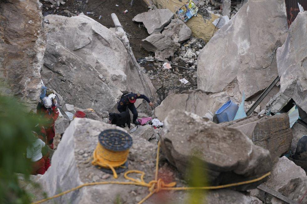 """""""Las rocas pesan varias toneladas y llegaron a tres edificios, se está viendo como se pueden retirar sin causar mayor problema, no se sabe si se van a intentar mover o se va a proceder a demolerlas"""", ha explicado Fernando Álvarez, rescatista de los Topos."""