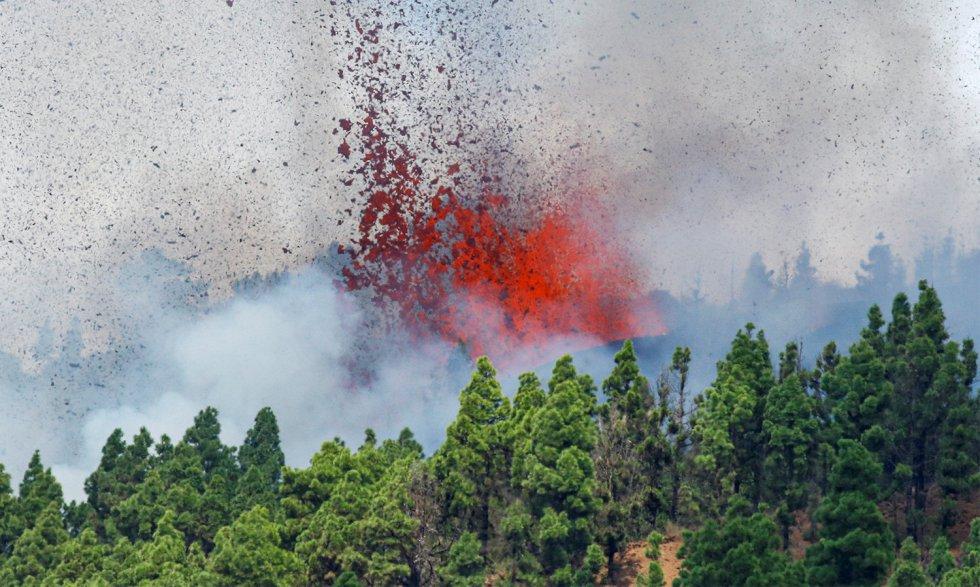 El volcán ha surgido en una zona de monte no habitada mientras se evacuaba a la población de movilidad reducida en las localidades cercanas, provocando pequeños incendios forestales.