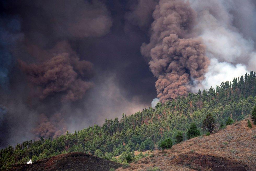 La actividad volcánica en La Palma había cesado desde la erupción del Teneguía en 1971, en la punta sur de la isla. Pero en 2017 se reactivó la actividad sísmica y estos años se han producido varios enjambres hasta este último y más intenso, que comenzó el día 11 de septiembre.