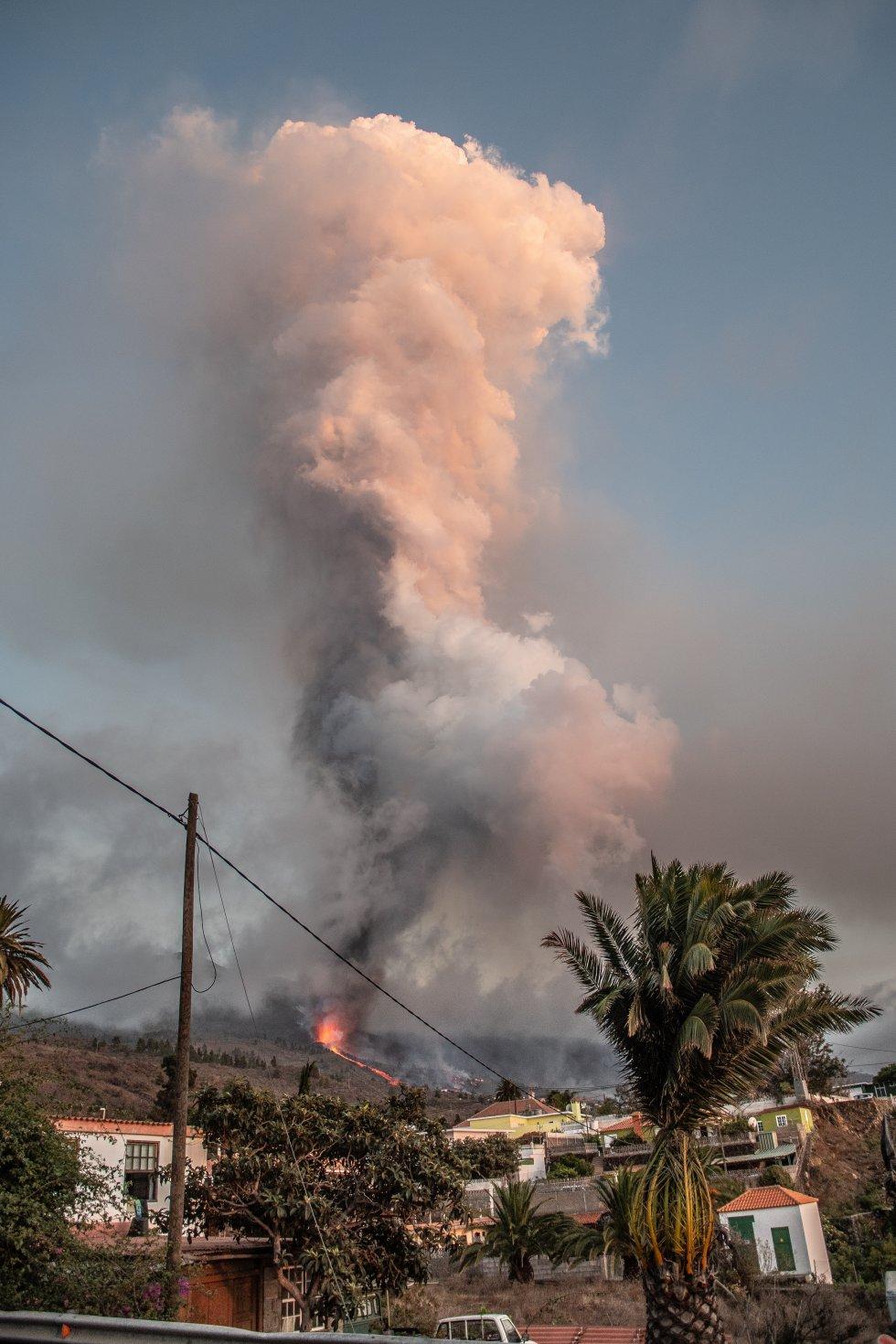 El nuevo volcán de La Palma ha entrado en erupción este domingo a las 15.12 horas en Montaña Rajada en el municipio de El Paso. Un pequeño terremoto precedió, en el barrio de Las Manchas del municipio palmero de El Paso, a una gran explosión a la que le siguió una enorme columna de humo y la expulsión de piroclastos.