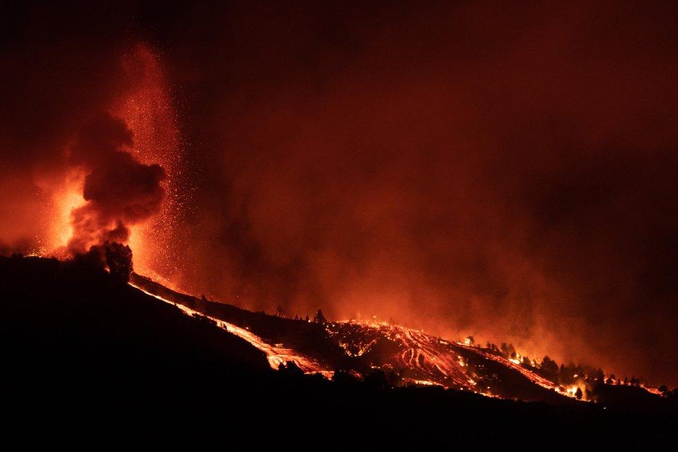 La lava fluye cuesta abajo tras la erupción. El comité técnico informa de que hay dos fisuras, separadas por 200 metros, por las que sale el material volcánico por ocho bocas. Todavía se sigue evacuando a personas diseminadas, casa por casa.