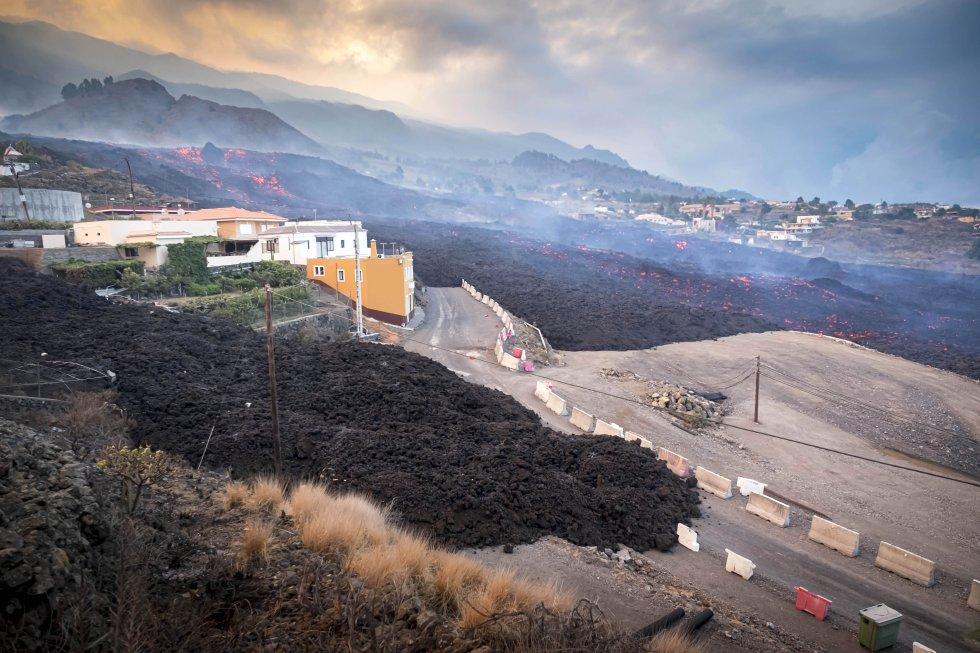 La colada del volcán avanza a 700 metros por hora, arrasando cultivos y casas a su paso.
