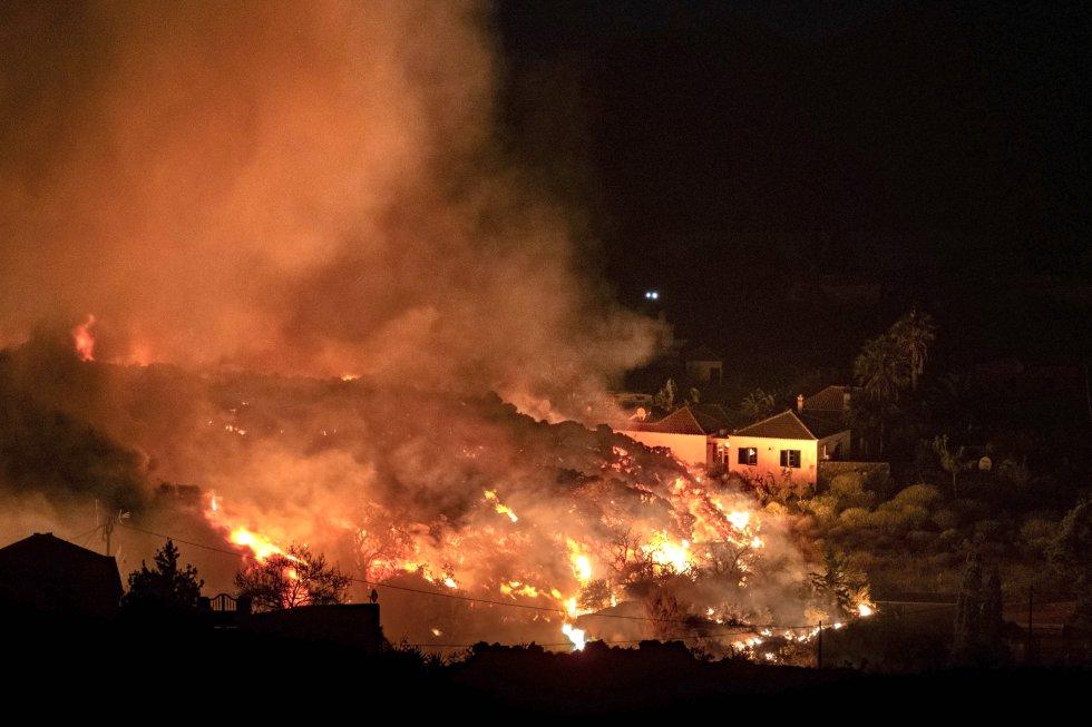 Un frente de lava de varios metros de altura ha afectado a cerca de un centenar de viviendas, según ha explicado el presidente del Cabildo de La Palma, Mariano Hernández.