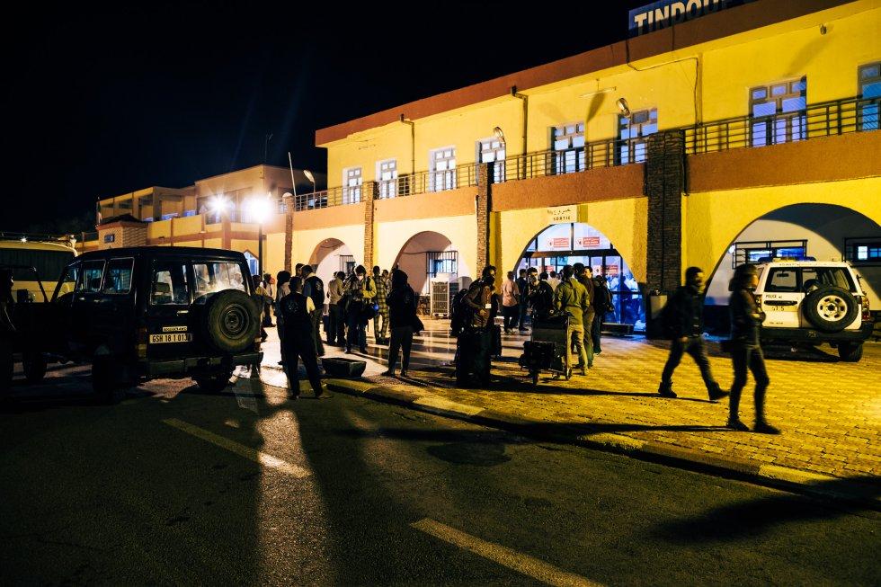 Un total de 264 pasajeros aterrizan en Tinduf durante la madrugada del 11 de octubre. Seis horas de espera para poder abandonar el aeropuerto argelino más otra hora de trayecto en coche les separan de su destino: la 'wilaya' Bojador, en los asentamientos saharauis.