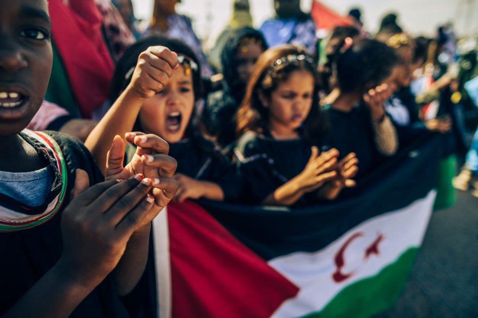 Varios niños gritan proclamas en favor del pueblo saharaui en un acto de bienvenida a las autoridades, periodistas, representantes de las asociaciones amigas y ONG.