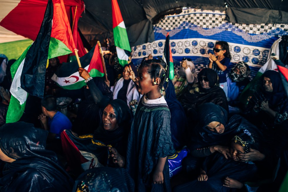 Un grupo de personas, entre ellas varios niños, da la bienvenida a los recién llegados. Según Acnur, de los más de 170.000 refugiados saharauis, el 50% de las mujeres en edad reproductiva y los niños de los campamentos padecen anemia, además de altas tasas de desnutrición (7,6%) y retraso del crecimiento (28%).