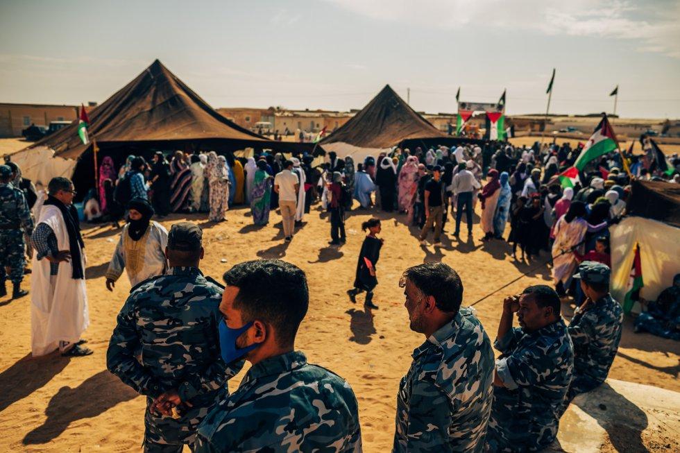 """En Bojador adelantan la fiesta de la Unidad Nacional, que conmemoran el 12 de octubre, para agasajar a los europeos con una demostración de su cultura y tradiciones bajo las típicas jaimas saharauis. """"Con nuestras almas y armas defendemos el Sáhara"""", proclaman los locales, ante la elevada presencia de fuerzas de seguridad."""