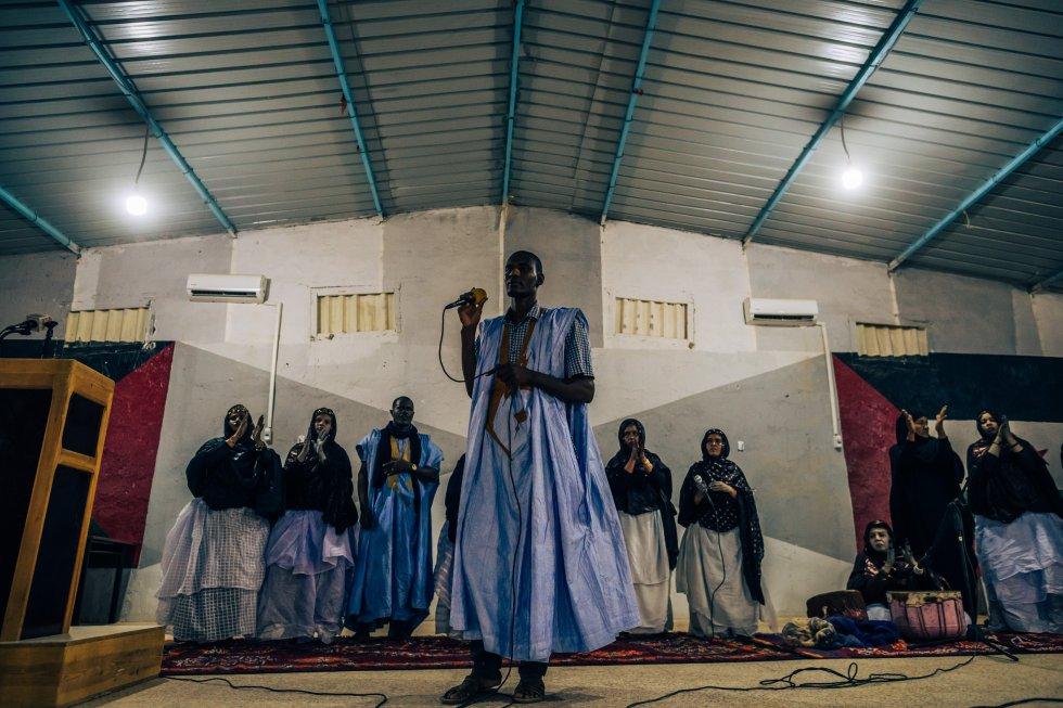 Lemrabet Elmahfud, militar y cantante, actúa en el auditorio de Bojador. Pese a no querer asentarse en esta tierra prestada, 45 años aquí han acabado por llevar a los saharauis a levantar edificaciones más permanentes que las jaimas y tiendas de campaña.