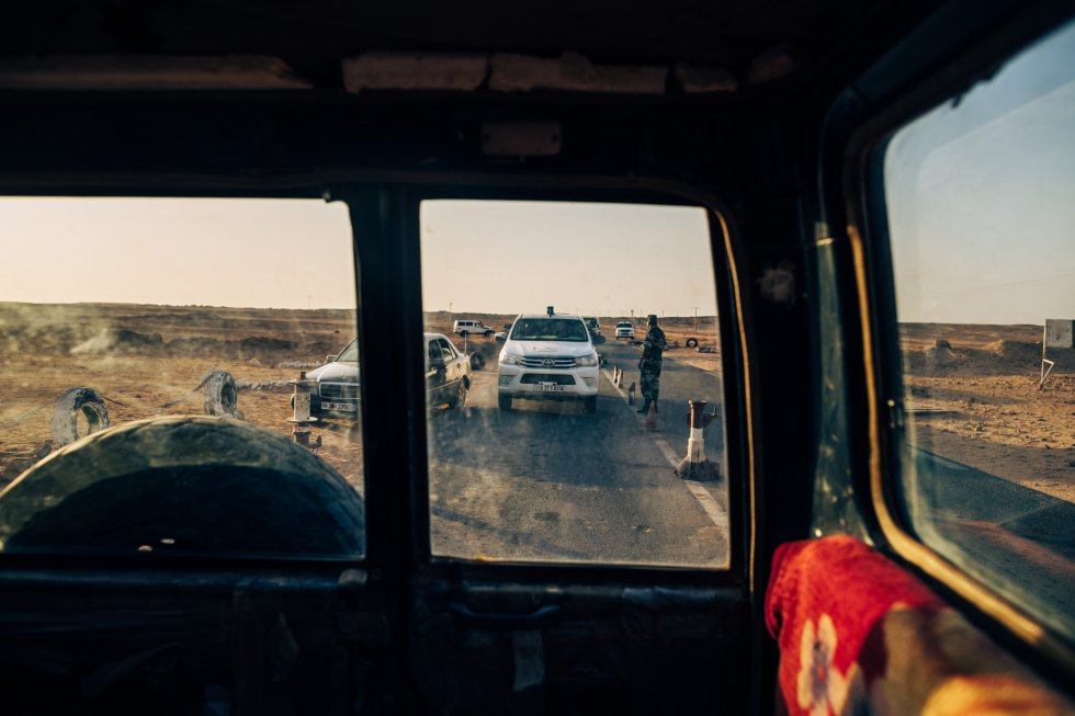 Control de carretera entre Bojador y Dajla, separadas por unos 200 kilómetros. Los viajeros que realizan el trayecto viajan en caravana, escoltados en todo momento por las fuerzas de seguridad del Polisario.
