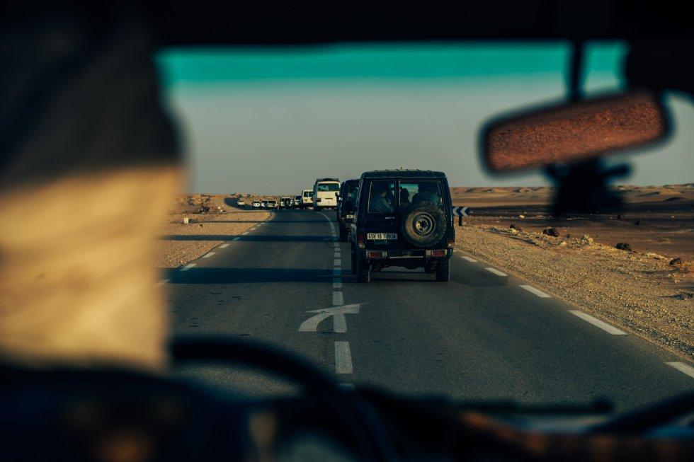 Decenas de coches se dirigen a Dajla desde Bojador, por una carretera bien asfaltada pero con un paisaje desértico alrededor. Al otro lado de la ventanilla, no hay ninguna edificación a la vista en todo el trayecto.