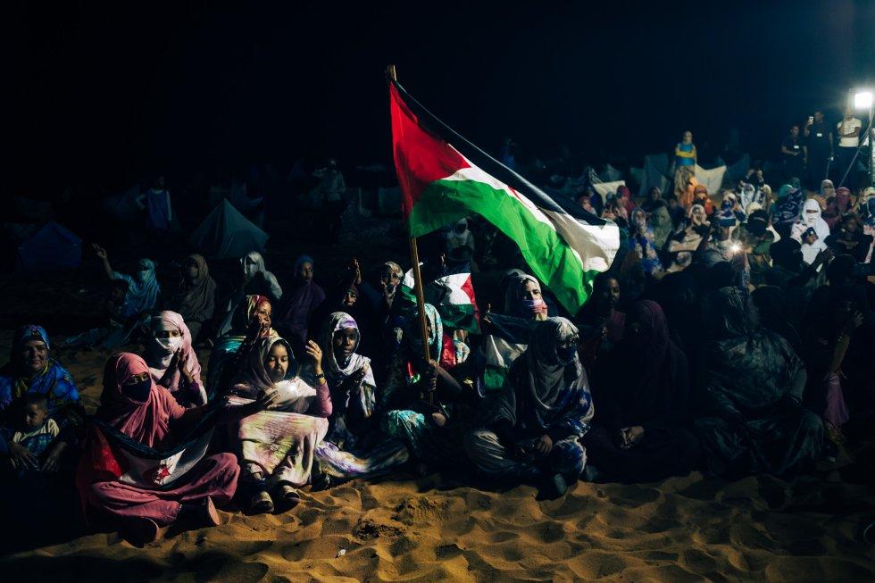 Una multitud se congrega en una explanada de Dajla para asistir a los fastos de la noche previa al Día de la Unidad Nacional.