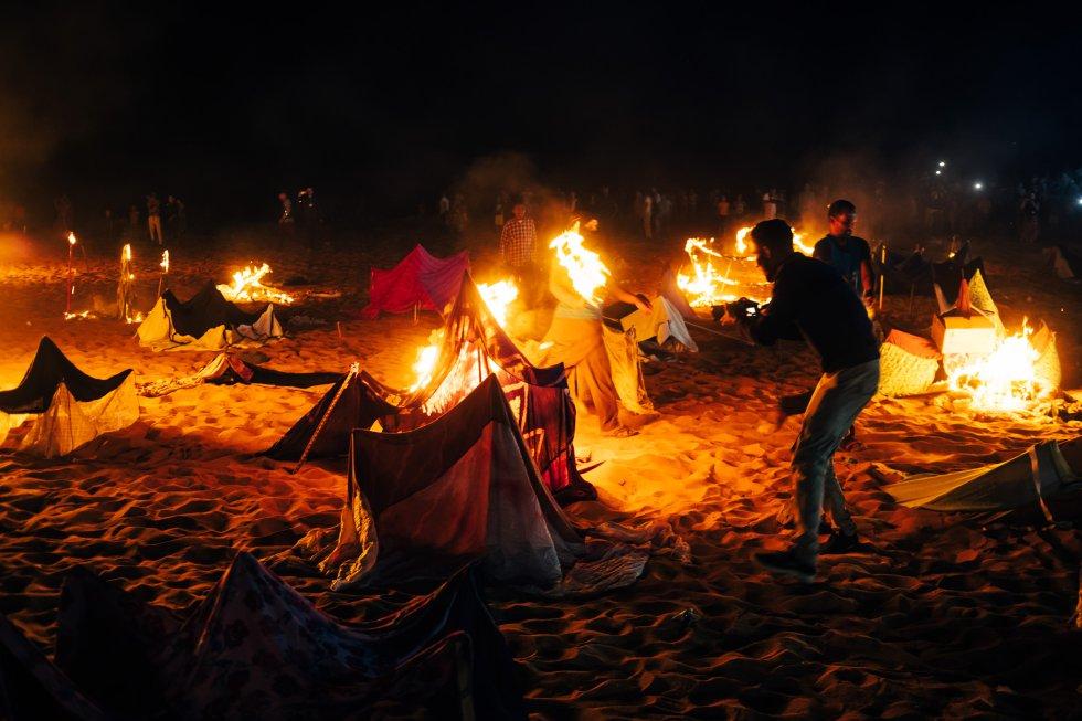 Un periodista local graba la reproducción de la quema del campamento de Gdeim Izik. Según su relato, que acompañan con la proyección del documental de aquel suceso del mexicano Antonio Vázquez y la catalana Isabel Terrasa, 36 civiles saharauis murieron en el ataque. Marruecos reduce la cifra a tres.