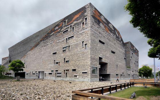 exterior del museo de ningbo china proyectado por wang shu premio pritzker