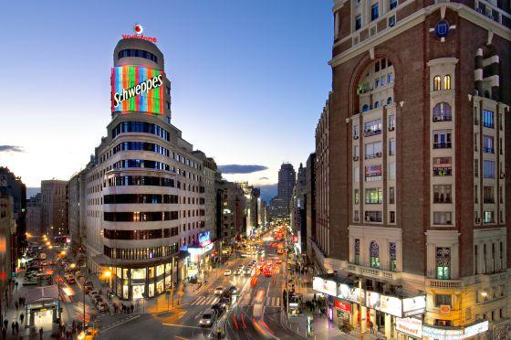 Una noche tras el cartel de Schweppes  El Viajero  EL PAS