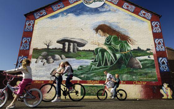 mural con motivos celtas en la zona de ardoyne a las afueras de belfast