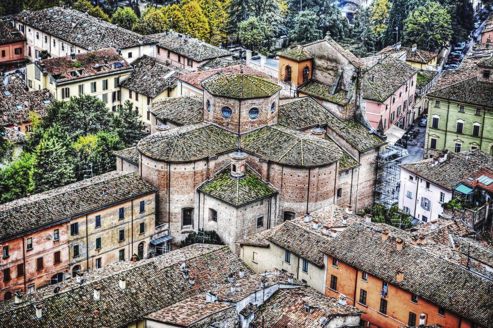 Cuna de ocho cardenales, apostado sobre una colina con vistas al valle, Brisighella pertenece al selecto club de 'I borghi più belli d'Itali'a (los pueblos más bellos de Italia) y ostenta la 'Bandiera Arancione' (bandera naranja) al mejor turismo sostenible que otorga el Italian Touring Club. En su haber están también los títulos de 'Città Slow' (ciudad lenta) y 'Città dell'Olio e del Vino' (ciudad del aceite y el vino).