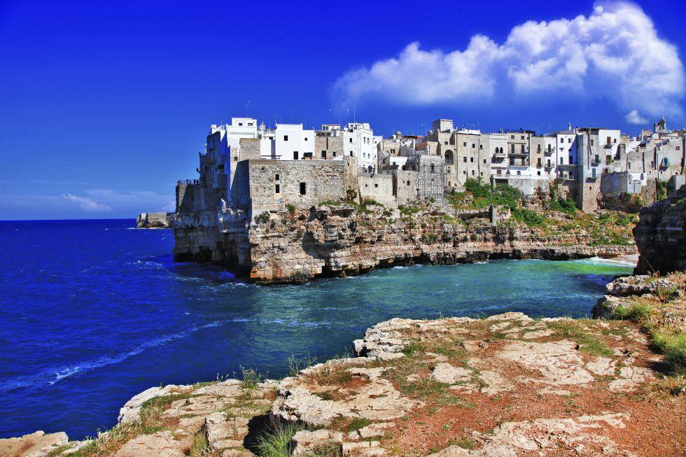 Acantilados y casas blancas pintan Polignano a Mare, un puerto de pescadores en el tacón de Italia, una de las regiones menos conocidas del país, accesible con vuelos de bajo coste desde el aeropuerto de Bari.