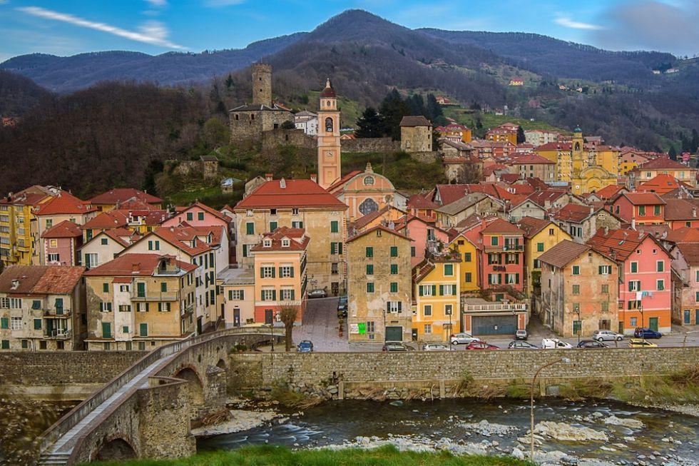 Hasta 1884, cuando cambió de nombre, este bello pueblo de la Liguria, perteneciente a la asociación 'I borghi più belli d'Italia', figuraba en los mapas con el nombre de Campofredo (campo frío). Campo Ligure es hoy uno de los mayores productores de objetos de filigrana, un trabajo de artesanía realizado con finísimos hilos de oro y plata.