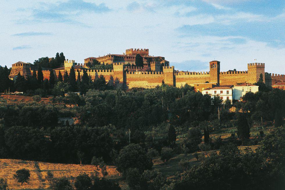 El castillo de los Malatesta en Gradara (en la foto) y su burgo fortificado son una de las estructuras medievales mejor conservadas de Italia. El castillo se ubica en lo alto de una colina de 142 metros de altitud, con un torreón que se alza otros 30 metros dominando todo el valle.