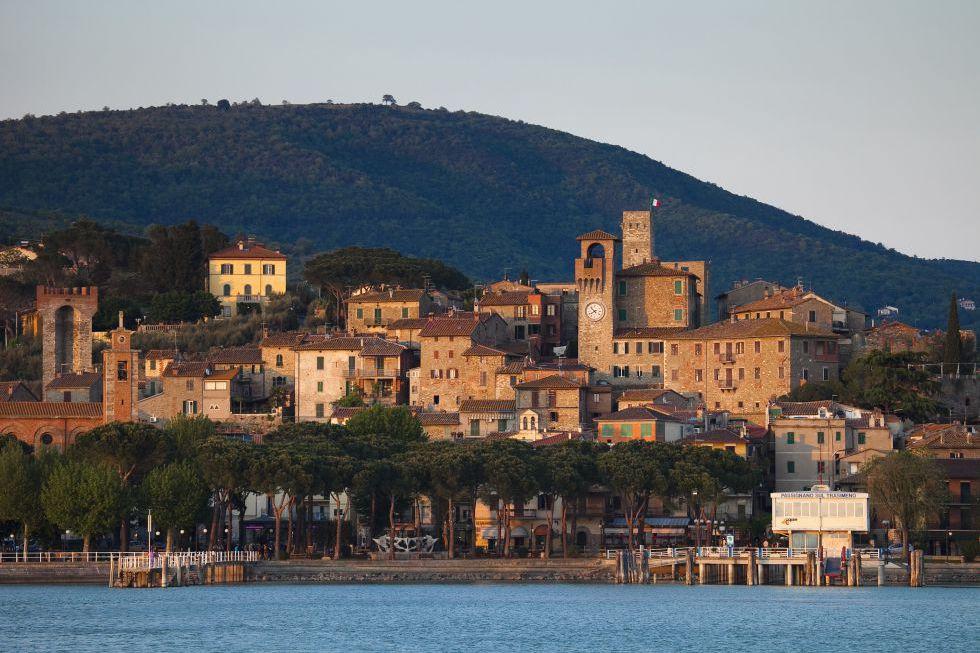 Los alojamientos de turismo rural tapizan las colinas de Passignano, una comuna de 5.000 habitantes a orillas del lago Trasimeno que invita al senderismo, la cata de vinos, los paseos en barca o el 'dolce far niente'. En la última semana de julio se celebra Passignano el Palio delle Barche, una carrera de barcas que recuerda la antigua rivalidad entre las dos familias nobles de Perugia, los Baglioni y los de Oddi.