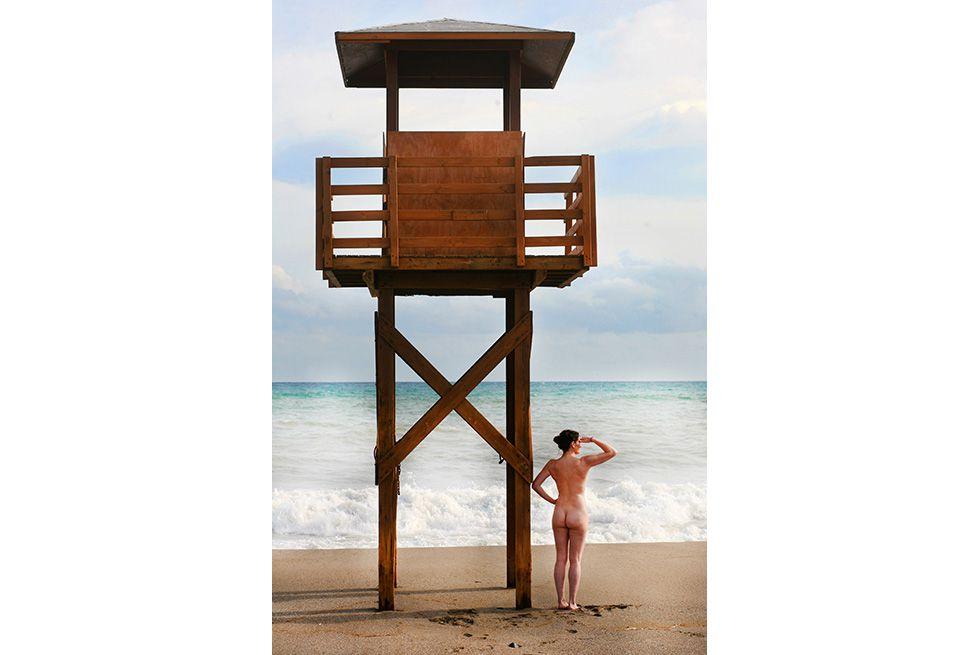 foto señorita adolescente playa nudista