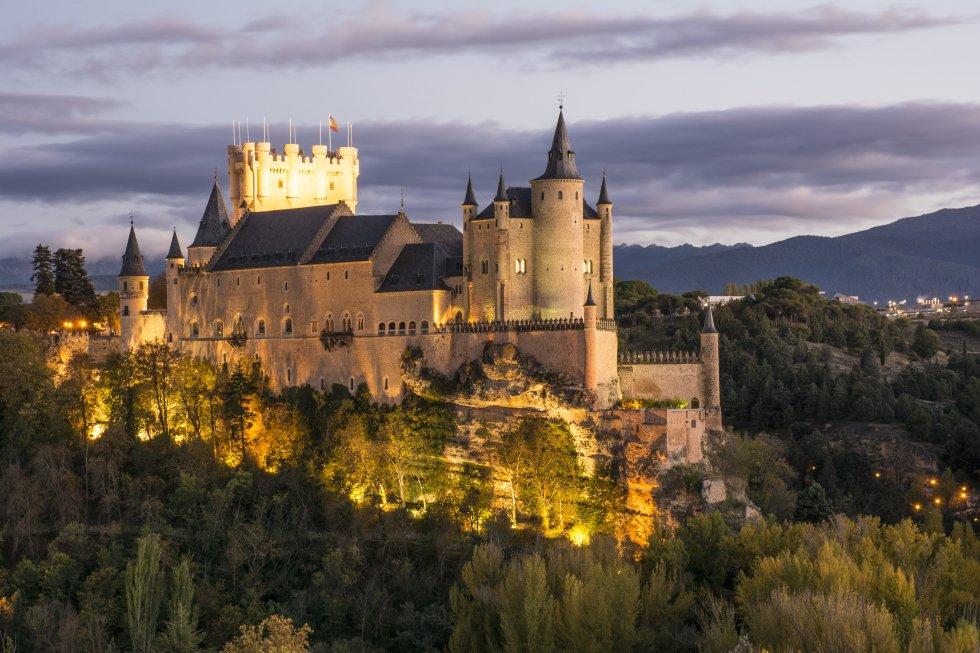 Palacio de cuento de hadas versión castellana, es decir, austera, y uno de los que inspiró el castillo de Blancanieves de Walt Disney. El Alcázar de Segovia, del siglo XII, ha sido fortaleza, palacio real, prisión de estado, Real Colegio de Artillería y Archivo Histórico Militar. Se convirtió en una de las residencias favoritas de los Trastámara, y en uno de los más suntuosos palacios-castillos del siglo XV. Aquí se proclamó reina Isabel la Católica, en 1474, y en su capilla tuvo lugar la misa de velaciones entre Felipe II y Ana de Austria, en 1570. Parece guardar la ciudad, elevado sobre un cerro en la confluencia del Eresma y el Clamores, con su Torre del Homenaje asemejando la proa de un barco navegando entre dos ríos. www.alcazardesegovia.com