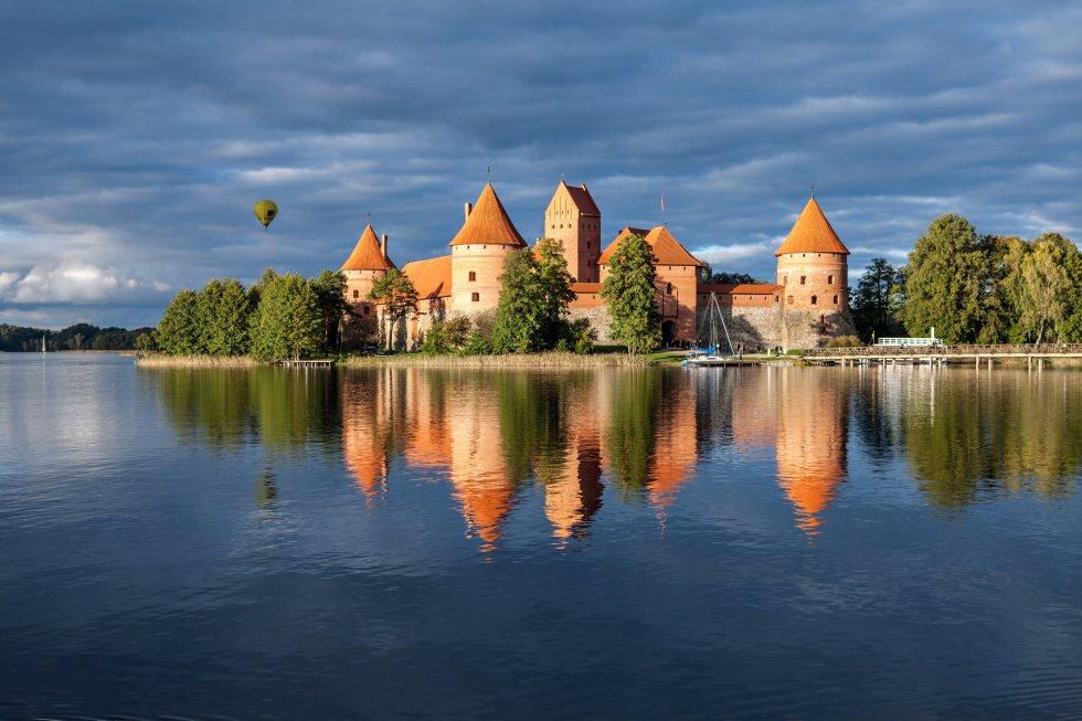 Cuenta la leyenda que el castillo de Trakai, la ciudad del lago, capital histórica de Lituania, fue construido por el capricho de Birute, esposa del duque Kestutis, que quería vivir cerca del agua. Para complacerla, el duque ordenó, a mediados del XIV, levantar esta edificación de estilo gótico en una península rodeada de lagos, conectados por un canal de 12 kilómetros. Salas, galerías, vidrieras, frescos, pasadizos secretos. Y un puente de madera de 300 metros de largo. En el siglo XVI se convirtió en prisión para nobles; en 1962, restaurado, pasó a formar parte del Museo de Historia de Trakai. A menudo acoge torneos medievales, conciertos y ferias de artesanía.