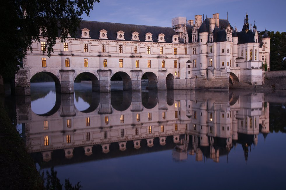 A Chenonceau se le conoce como el castillo de las Damas porque fue mandado construir por Katherine Briçonnet en 1513 sobre un antiguo castillo renacentista del siglo XI (del que solo permanece la torre de los Marques), embellecido por Diana de Poitiers y Catalina de Médicis, preservado durante la Revolución Francesa por su entonces propietaria, Madame Dupin, y restaurado por Madame Pelouze a finales del XIX. Se alza en el valle del Loira, en el cauce del río Cher, con sus espléndidos jardines, una excepcional colección de pintura y una selección de tapicería de Flandes del siglo XVI.