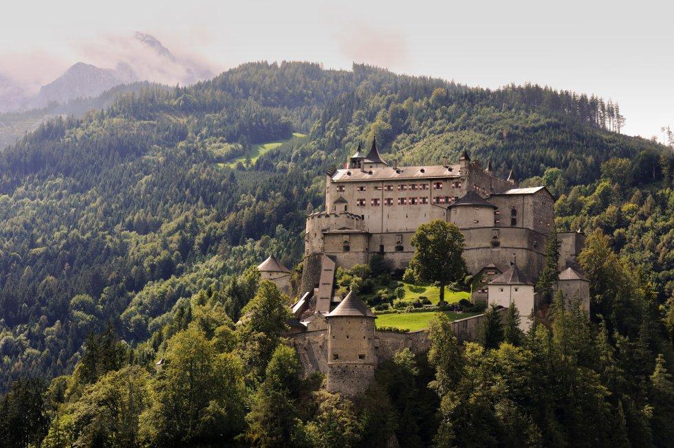 Esta fortaleza medieval se yergue sobre una colina por encima del pueblo Werfen, en el valle de Salzach, a unos 40 kilómetros al sur de Salzburgo (Austria), como un nido de águilas del siglo XI. El castillo de Hohenwerfen ha sido residencia, base militar e incluso campo de entrenamiento de la policía rural austriaca hasta 1987. Fue escenario de la película 'Sonrisas y lágrimas' (1965) y, más recientemente, inspiración para la ambientación del videojuego Call of Duty: Black Ops 3. Organiza exhibiciones de vuelo de cetrería.