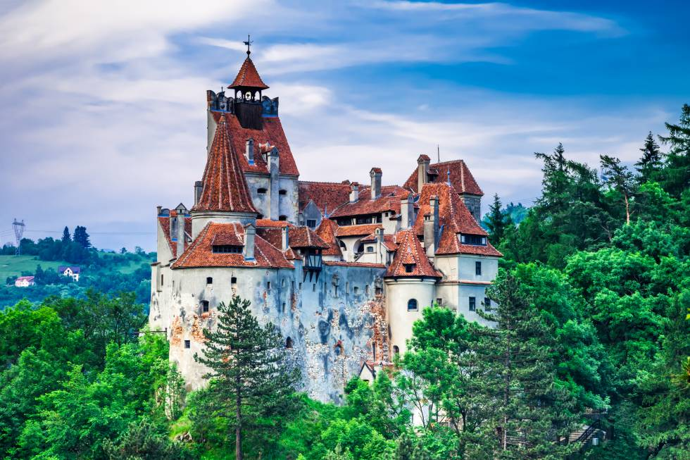 El castillo de Bran es una fortaleza medieval cercana a Braşov, en la frontera entre Transilvania y Valaquia, en Rumania, que debe su nombre y su enorme atractivo turístico al conde Drácula de ficción, el de la novela de Bram Stoker. Es más que probable que el personaje histórico el real, Vlad III Draculea, jamás pisara este castillo, cuya estructura actual fue mandada construir por el rey Luis I de Hungría en 1377. Vlad El Empalador, en rumano Vlad Tepes, habitó el castillo de Poenari, en el centro-sur del país, cuyas ruinas, en lo alto de un acantilado, también pueden visitarse.