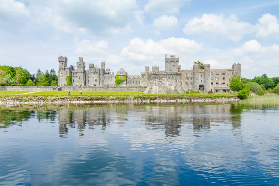 El más antiguo de los castillos de Irlanda (erigido en 1228), es hoy un lujoso hotel de cinco estrellas, después de que la propiedad viviera dos ampliaciones de estilo victoriano y creciera en 110 kilómetros cuadrados gracias a sir Benjamin Lee Guinness, en el siglo XIX, y de que su hijo, lord Ardilaun, decidiera otra expansión, de estilo neogótico. Situado cerca de Cong, Condado de Mayo, a orillas del lago Corrib, ha tenido huéspedes de renombre a lo largo de su historia como El Rey George V y la Reina Mary, John Lennon, Oscar Wilde, el presidente de Estados Unidos Ronald Reagan, John Wayne, Brad Pitt, los príncipes Rainiero y Grace de Mónaco. www.ashfordcastle.com