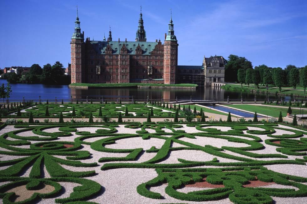 Considerado el mayor ejemplo del Renacimiento danés, el castillo de Frederiksborgk fue construido en Hillerod, ciudad del norte de Selandia, entre los siglos XVI y XVII, a mayor gloria de la monarquía danesa. El palacio más grande de Escandinavia descansa sobre tres islotes del Lago del castillo (Slotsso) y alberga un Museo de Historia Nacional que ocupa 80 de sus estancias y fue fundado gracias a J. C. Jacobsen, el propietario de la cervecera Carlsberg, que pagó la restauración del edificio después de que sufriera un incendio en 1859. En el centro del patio exterior se encuentra la fuente de Neptuno, de principios del XVII. Rodeando el castillo, un cuidado jardín barroco.