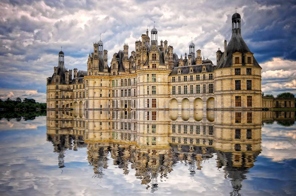 """El castillo más grande del valle del Loira fue concebido como pabellón de caza para el rey Francisco I, que no lo vio terminado. Las obras, trufadas de interrupciones, no se completaron hasta el siglo XVII, con el reinado de Luis XIV, que residió en el 'château' en varias ocasiones. Actualmente es propiedad del Estado francés y está abierto al público, que disfruta de esta enormidad construida a golpe de """"elementos tradicionales de la arquitectura medieval francesa con préstamos del Renacimiento italiano"""", como explica su web. La escalera de Chambord es una obra maestra del Renacimiento francés. El parque forestal que lo rodea, cercado con muros, es, con sus 50 kilómetros cuadrados de extensión, el mayor de Europa de sus características. www.chambord.org"""