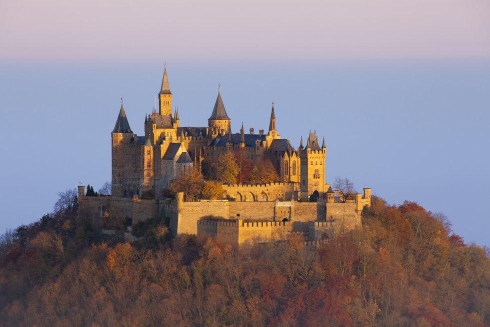 El castillo de Hohenzollern, en la cumbre del monte homónimo, a 50 kilómetros al sur de Stuttgart (Alemania), vinculado a los orígenes de la dinastía Hohenzollern, es la suma final de tres castillos: un primero construido en el siglo XI y destruido en 1423 tras un asedio durante la conquista de Suabia; un segundo, de mediados del XV, que cayó en el abandono y del que solo queda la capilla de San Miguel; un tercero, el actual, del XIX, inspirado en el neogótico inglés y en los castillos del Loira, aunque respetando la planta medieval de su antecesor. En sus bajos se muestra un tesoro entre el que destaca la suntuosa Corona de Guillermo II.