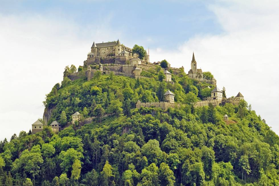 El castillo Hochosterwitz es el edificio histórico más emblemático del estado federado de Carintia, al sur de Austria. Se sitúa en lo alto de una escarpada roca, tanto que hay que atravesar 14 puertas para llegar de la llanura a la cima (también funciona un funicular inclinado, que gana en comodidad lo que pierde en encanto). Los registros históricos de este bastión se remontan al siglo IX, aunque el actual, el que ha llegado a nuestros días, data del XVI. Está en manos privadas, abre de abril a octubre, y organiza eventos como talleres de pintura, exposiciones fotográficas, torneos de caballeros medievales o conciertos. www.burg-hochosterwitz.com