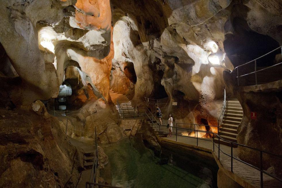 Más de 2,5 kilómetros de extensión componen las bellas galerías subterráneas de la llamada cueva del Higuerón o cueva del Tesoro. Enclavada en la cala del Moral, a 20 minutos de Málaga, es una de las tres únicas cavidades de origen marino visitables del mundo (las otras dos se encuentran en México y China).