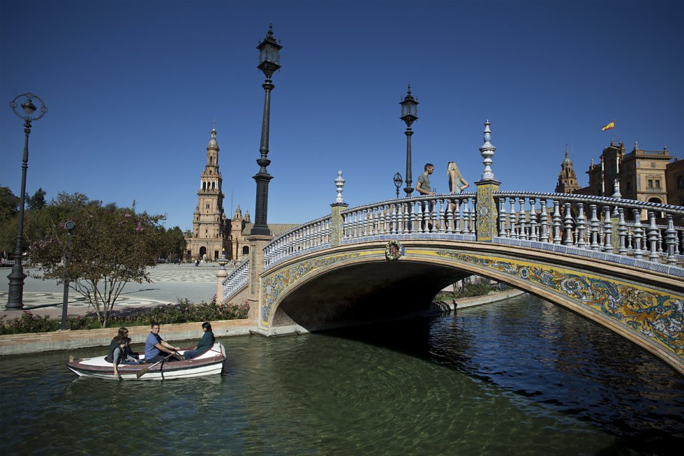 La Plaza de España es un conjunto arquitectónico construido junto al parque de María Luisa, fue proyectado por el arquitecto Aníbal González y se construyó entre 1914 y 1929 como edificio principal, y el de mayor envergadura, de la Exposición Iberoamericana de 1929.