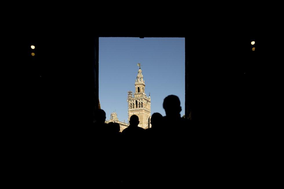 La Giralda es la torre campanario de la catedral de Sevilla. Los dos tercios inferiores de la torre corresponden al alminar de la antigua mezquita de la ciudad, de finales del siglo XII, en la época almohade, mientras que el tercio superior es una construcción sobrepuesta en época cristiana para albergar las campanas. En su punto más alto (101 metros) se encuentra el Giraldillo.