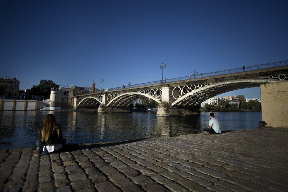 El Puente de Isabel II, más conocido como Puente de Triana, une el centro de la ciudad con el barrio de Triana, cruzando el río Guadalquivir. Su construcción finalizó en 1852.