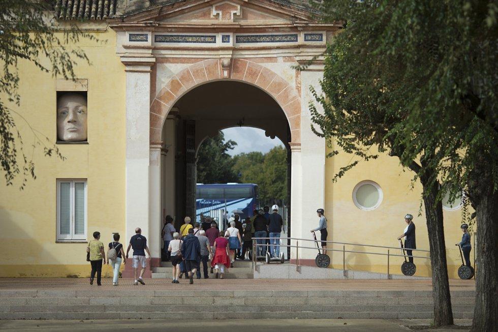 El Centro Andaluz de Arte Contemporáneo (CAAC) es un museo que depende de la Consejería de Cultura de la Junta de Andalucía. Desde 1997 tiene su sede en el Monasterio de Santa María de las Cuevas, también conocido como La Cartuja, un espacio recuperado para la Exposición Universal de 1992.